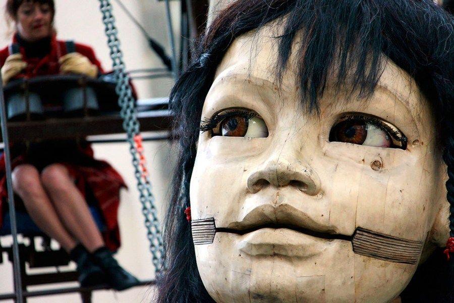 法街头剧团制作巨型提线木偶 演出需用吊车牵引