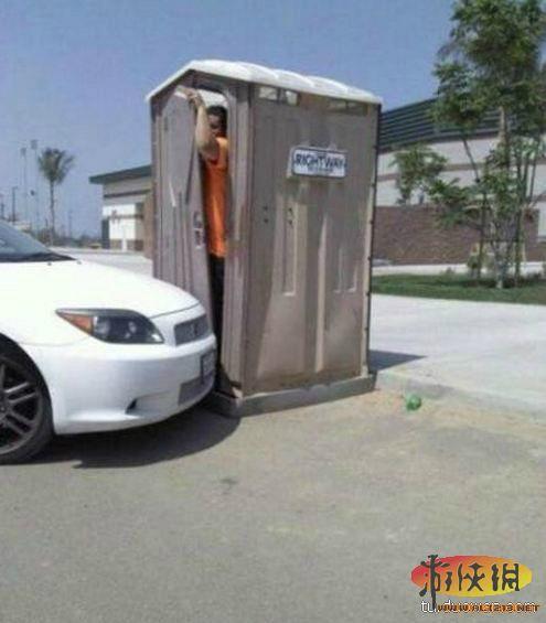 论女生穿连衣裤怎么上厕所