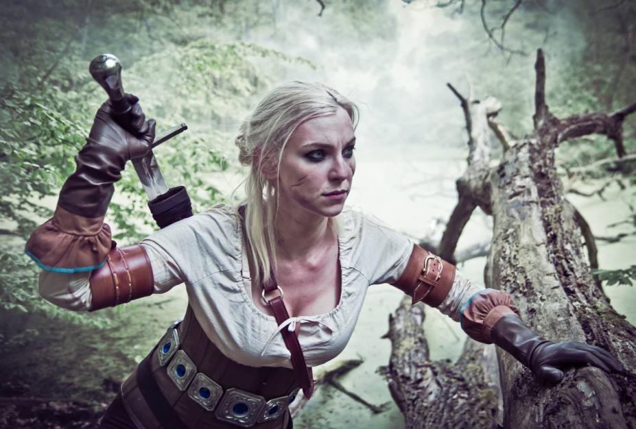 《巫师3:狂猎》女版白狼英气飒爽cos图